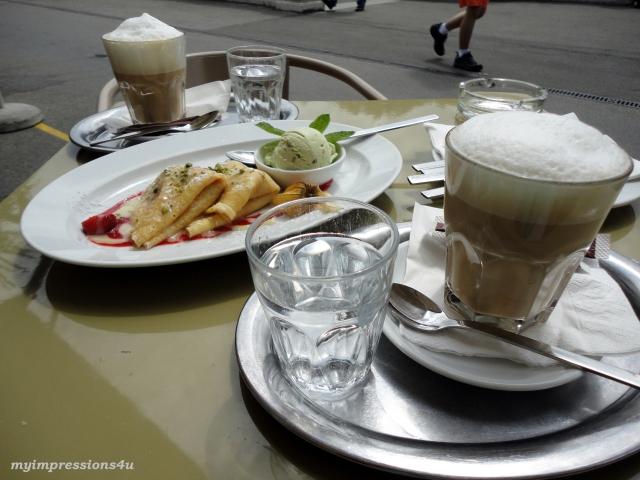 Erdbeerpalatschinken mit Pistazieneis und Cafe Latte