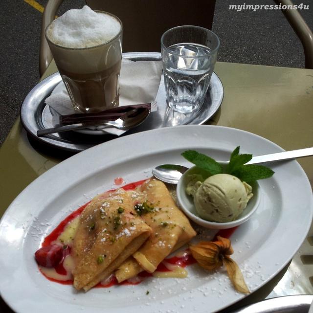 Erdbeer-Palatschinke + Pistazieneis und Cafe Latte