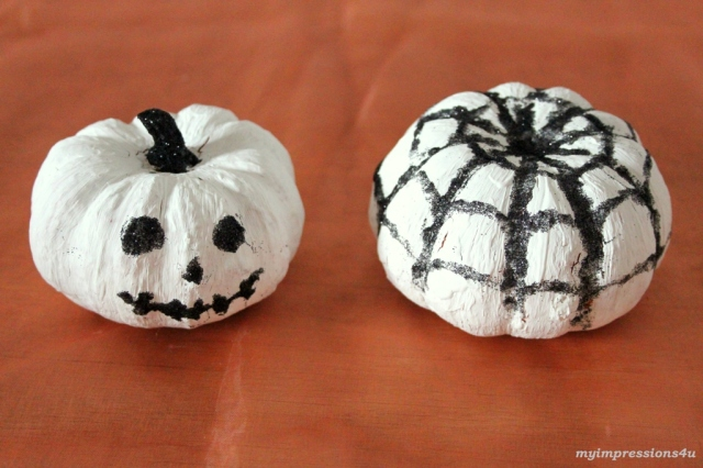 weiße Zierkürbisse mit Glitzer_Gesicht und Spinnennetz